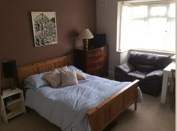 Double room in leafy Hampton