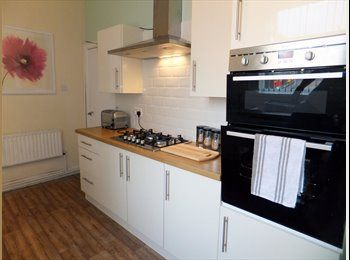 EasyRoommate UK - ***7 BED STUDENT HOUSE***3 ENSUITE ROOMS*** - Stoke-on-Trent, Stoke-on-Trent - £339