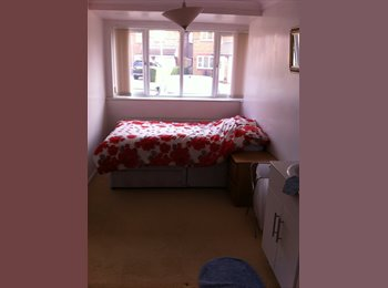 EasyRoommate UK - Converted Garage into Bedroom, very private - Newport Pagnell, Milton Keynes - £400
