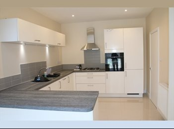 2 females wanted in  Newly refurbished  houseshare