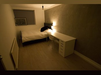 3x double rooms available in quiet, clean house