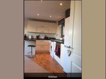 EasyRoommate UK - Single room abaiable in modern apartment £350pcm  - Portsea, Portsmouth - £350
