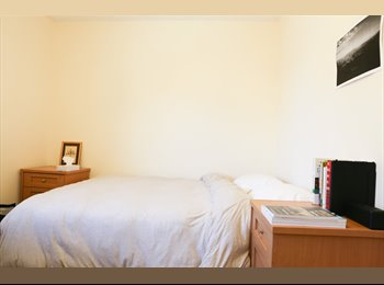 1 double bed in two story flat w/garden + parking