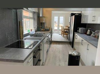 EasyRoommate UK - En Suite bedroom 8 mins walk to Birmingham Uni - Selly Oak, Birmingham - £407