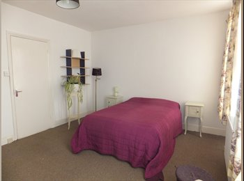 EasyRoommate UK - Large Bright  Room in comfortable family home - Worcester, Worcester - £368