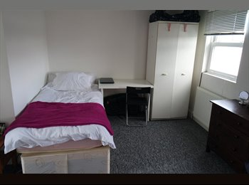 EasyRoommate UK - 1 simple bed=>END OF MARCH 2015 (private bathroom) - West Ealing, London - £401