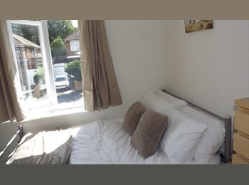 En-suite Room Superb house, quiet location near Cressex