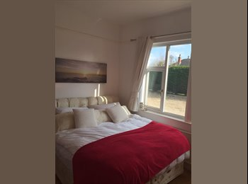 EasyRoommate UK - King sized bed in double room & private shower - Winshill, Burton-on-Trent - £475