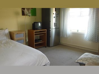 Double Room in Greenford to rent to student/prof.