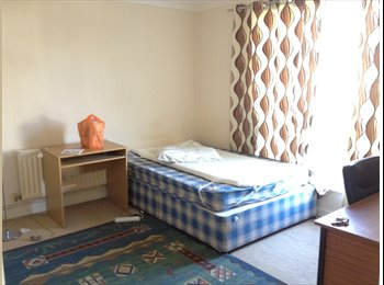 EasyRoommate UK - Double room available, 10 mins from kent uni - Canterbury, Canterbury - £360