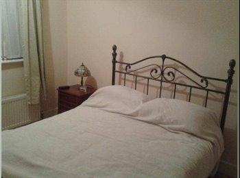 EasyRoommate UK - Large double room in spacious house - Barkingside, London - £650