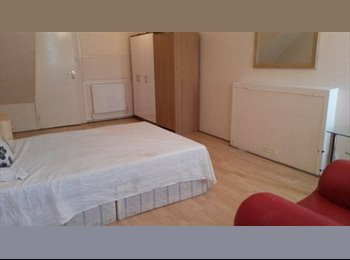 EasyRoommate UK - 3 Double rooms in a nice flat, Zone 2 - Hackney, London - £770