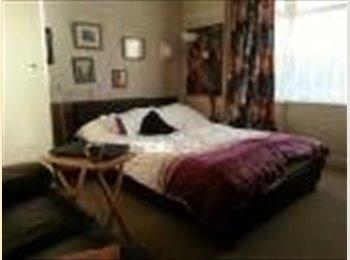 EasyRoommate UK - spacious double bedroom £300 inc bills in nice sem - Bramley, Leeds - £299