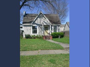 EasyRoommate US - 1940's era remodeled bungalow in Eastwood - Other Inner Loop, Houston - $625