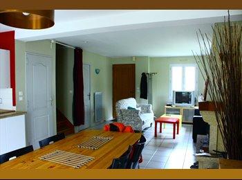 chambre disponible  dans une maison avec jardin