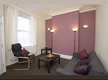 EasyRoommate UK - Compact room, handy for buses - Wibsey, Bradford - £280 pcm