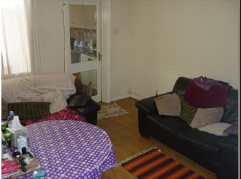 DOUBLE ROOM IN A FANTASTIC HOUSE, 2 MINS FROM DMU!