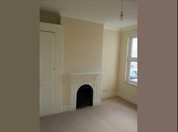 Large Furnished Double Room 5 min to Train Station