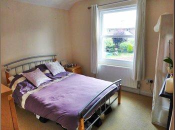 EasyRoommate UK - Double Room in pretty village in Shepperton - Upper Halliford, London - £500 pcm
