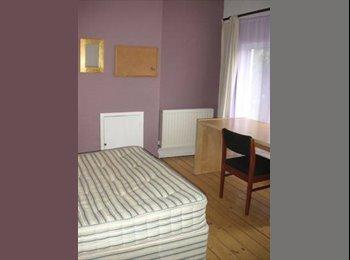 EasyRoommate UK - 3-4 Bedroom House for Students - Huddersfield, Kirklees - £240 pcm