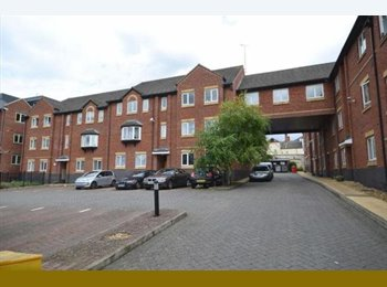 Gated apartment with spare room in town centre!!