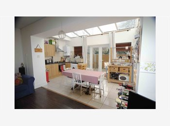 Bright and spacious 3 double bedroom flat!