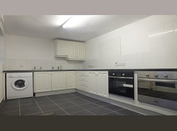 EasyRoommate UK - Refurbished 6 bed  HMO student house near QUB, RVH, City Hospital, available July 2015 - Belfast, Belfast - £200 pcm