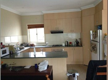 EasyRoommate AU - Hi i have a 3 bedroom unit with a master bedroom f - Essendon West, Melbourne - $185 pw