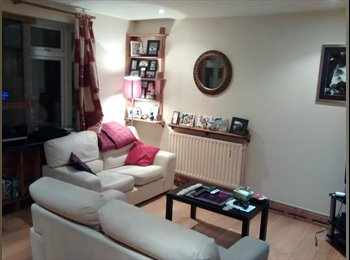 Lovely room in Sandymount Avenue Parking available
