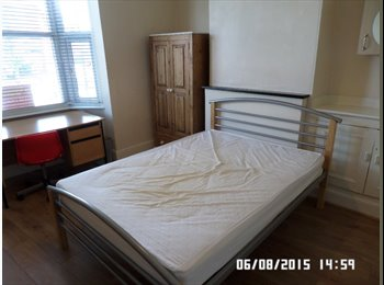 FINAL ROOM IN 4 BED STUDENT HOUSE IN LENTON