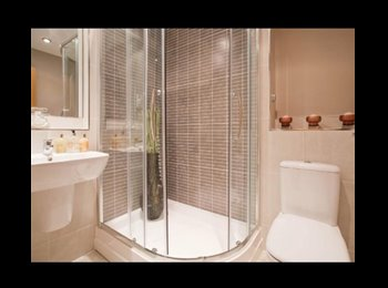 EasyRoommate UK - Large double bedroom with ensuite - Caterham, London - £800 pcm