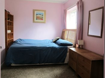 EasyRoommate UK - Double Room for Female 5 Minutes 3 Bridges Station - Pound Hill, Crawley - £500 pcm