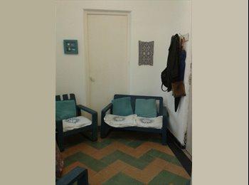 Alojamiento femenino céntrico, amueblado, con tel.