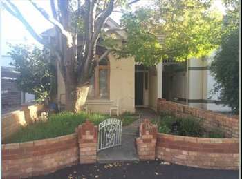 ST KILDA ,MIDDLE PARK MASSIVE ROOM AVAILABLE IN 3 BEDROOM...