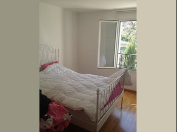 Maison avec jardin et piscine dans résidence.