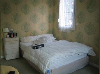 Chambre meublée avec S.d.B. à louer en colocation