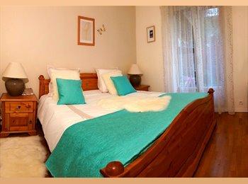 Chambre rose meublée avec accès terrasse+jardin