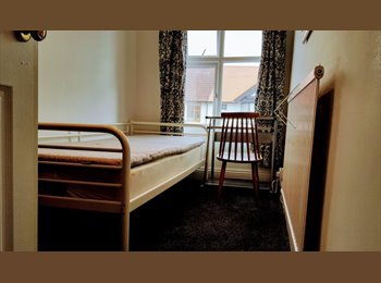 EasyRoommate UK - Double Room in mixed professional houseshare - Newton, Chester - £405 pcm