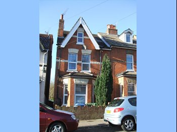 EasyRoommate UK - Comfy F/F Double in nice H'share . - Aldershot, Hart and Rushmoor - £418 pcm