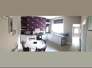 EasyRoommate UK - Working Professional, 3 Bedroom House, Cardonald - Cardonald, Glasgow - £400 pcm