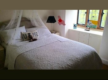 EasyRoommate UK - Beautiful double bed in stylish flat - yattendon - Newbury, Newbury - £600 pcm