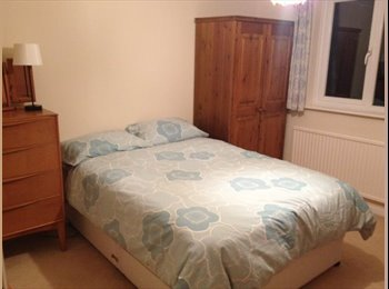 EasyRoommate UK - Double bedroom overlooking pretty garden. - Folkestone, Folkestone - £375 pcm