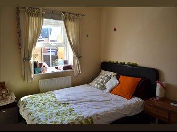 EasyRoommate UK - Master double bedroom en-suite - Kemsley, Sittingbourne - £500 pcm