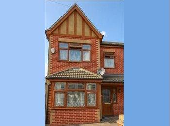 EasyRoommate UK - 3 Bed Semi Detached House - SevenKings - Seven Kings, London - £600 pcm