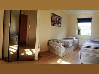 EN SUIT TWIN ROOM AVAILABLE IN CANARY WHARF AREA