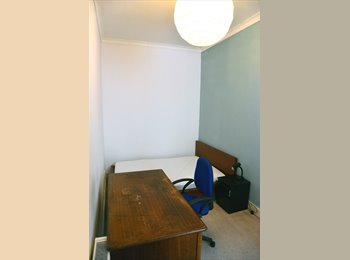 EasyRoommate UK - cozy double room in converted shop - Edinburgh Centre, Edinburgh - £420 pcm