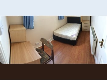 EasyRoommate UK - Lovely double bedroom near city centre and Uni - Hyde Park, Leeds - £345 pcm