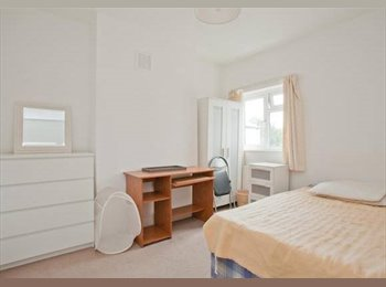 EasyRoommate UK - Double Room Available in Peckham Over Summer - Peckham, London - £628 pcm