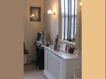 EasyRoommate UK - Elegant Studio -- Earls Court - Earls Court, London - £380 pcm