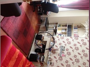 EasyRoommate UK - Lovely double bedroom in Chiswick with private gar - Chiswick, London - £750 pcm